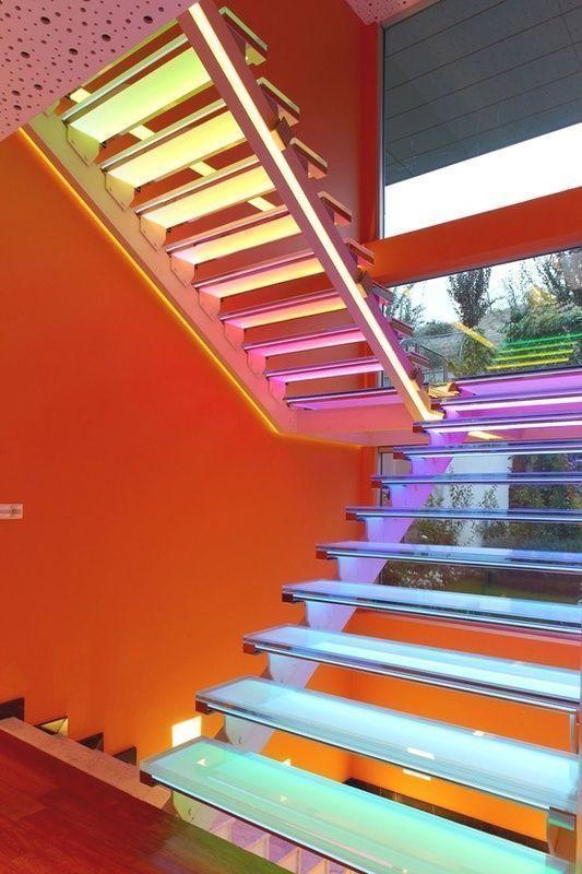 Casa com fachada laranja e escada multicolorida revista for Apliques de led para escaleras