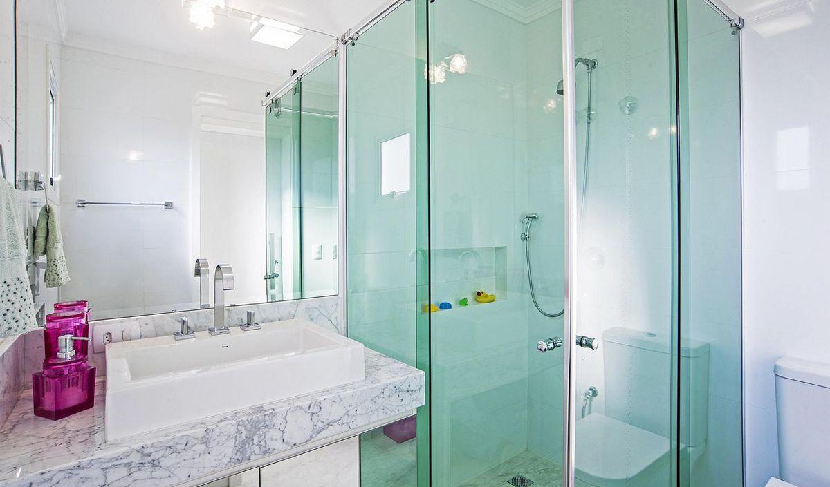 box de vidro padrão em banheiro pequeno e claro