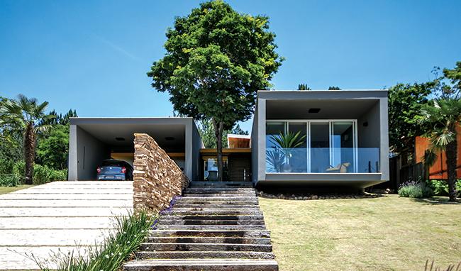 Residência em São José dos Campos recorre a amplos panos de vidro para estreitar contato com a natureza
