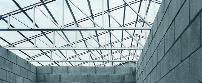 Cobertura com sistema Roofmaxx, da Asa Alumínio, vigamento para telhados que vem substituindo os sustentáculos de madeira por ser mais leve, resistente e fácil de instalar