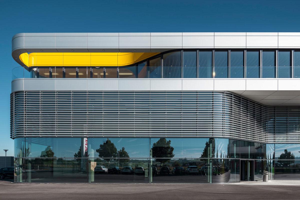 Localizada em Neuhausen, no sul da Alemanha, Academia Fanuc, tem uma estrutura clara, toda envidraçada, com parte revestida que atua não apenas como proteção solar, mas também promove ventilação natural e extração de ar, além de proporcionar isolamento acústico.