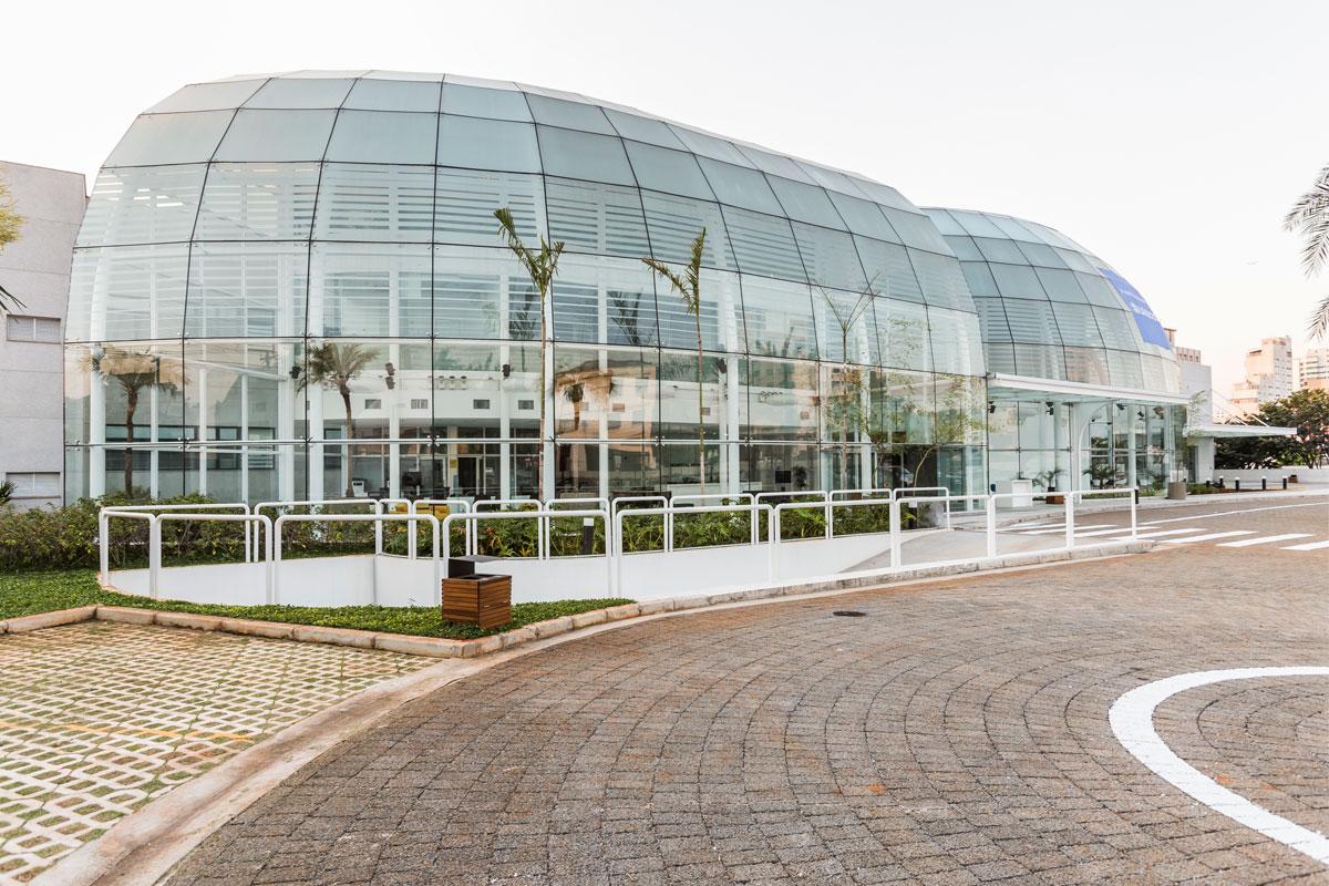 Hospital Moriah Projeto assinado pelo arquiteto Siegbert Zanettini traz fachadas frontais em arco, esquadrias com vidros laminados de 16 mm, com 4 películas de PVB para atenuar ruídos externos. Na fachada oposta, insulados (laminados de 8 mm + câmara de 20 mm) com micropersiana embutida em caixilharia de alumínio. A pele de vidro estrutural curva foi dividida em duas partes, que totalizam 700 metros quadrados. Formados por uma estrutura metálica com pé-direito triplo, os panos de vidro que vedam o átrio garantem leveza e transformam a edificação em um ícone marcante da região de Moema, em São Paulo.