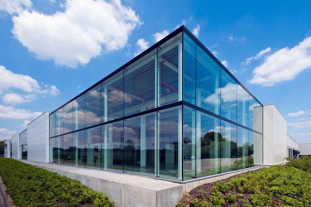 fachada pele de vidro edifício baixo