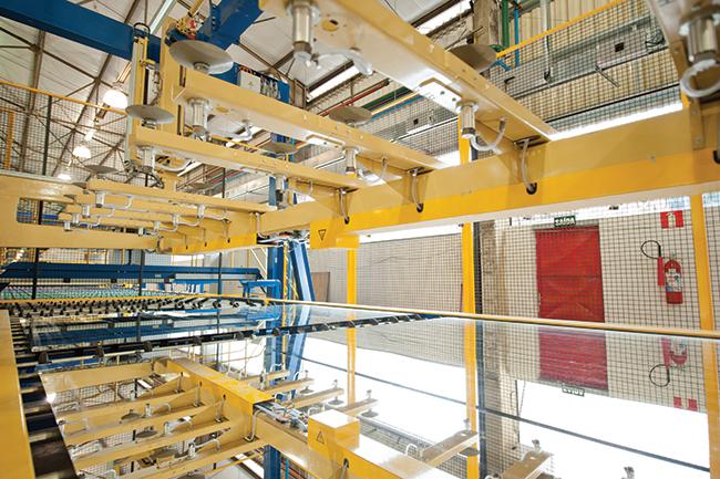 Na fábrica da Cebrace, onde o espelho ecológico é produzido e pintado a frio