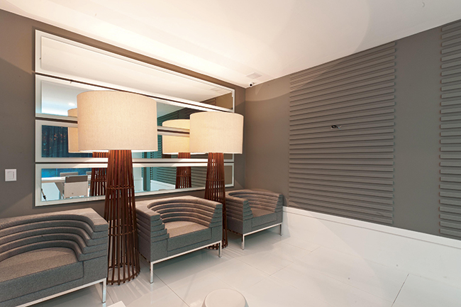 Bilheteria e concierge com cores suaves e mobiliário de bom gosto