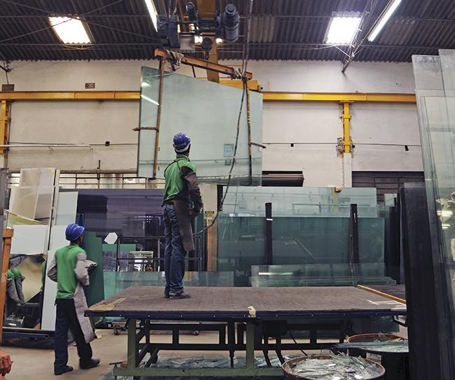 Manuseio de chapas jumbo em fábrica da Conlumi