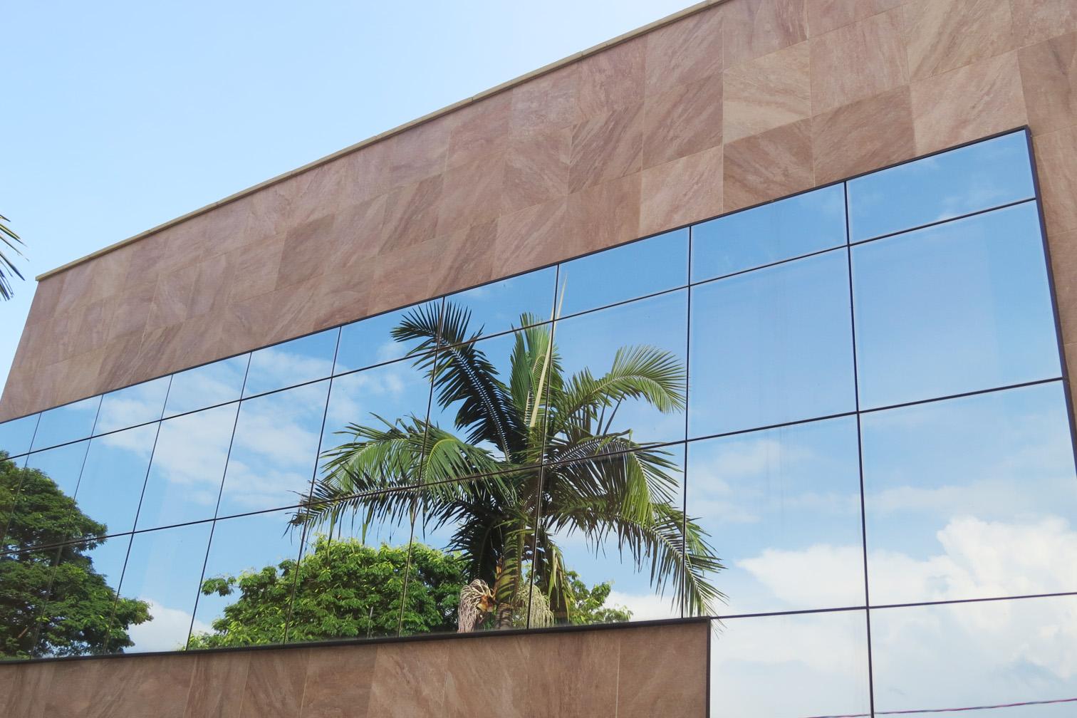 fachada de pequeno porte pele de vidro refletivo