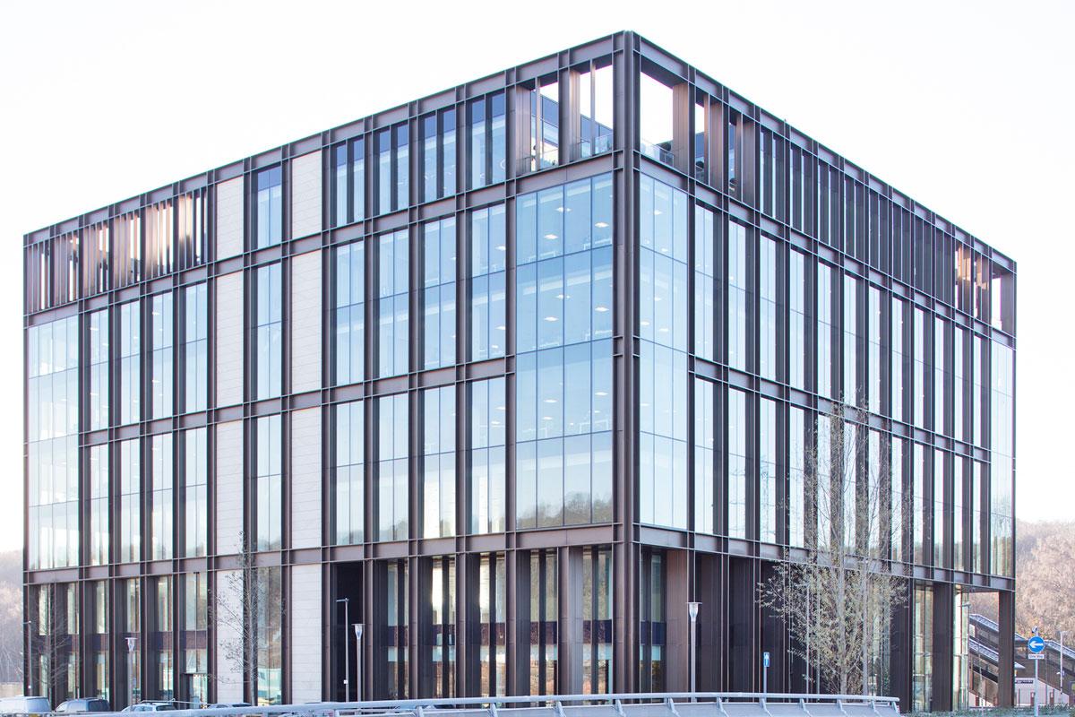 Building London O objetivo do projeto do prédio de 3.000 m2, que abriga uma grande variedade de instalações educacionais e comunitárias, incluindo a Academia Sky, era combinar estética com um ambiente interno aberto, beneficiando de muita luz natural.  O vidro ao longo de toda a extensão da escadaria de 51 metros, sobre a qual se elevam cerca de 15 metros. Estas são extrusões de alumínio altamente projetadas que são fixadas usando suportes de aço inoxidável nos cantilevers superiores e inferiores da estrutura de madeira do edifício.    Os suportes do VS-1 mantêm os painéis de vidro afastados do montante para dar um efeito