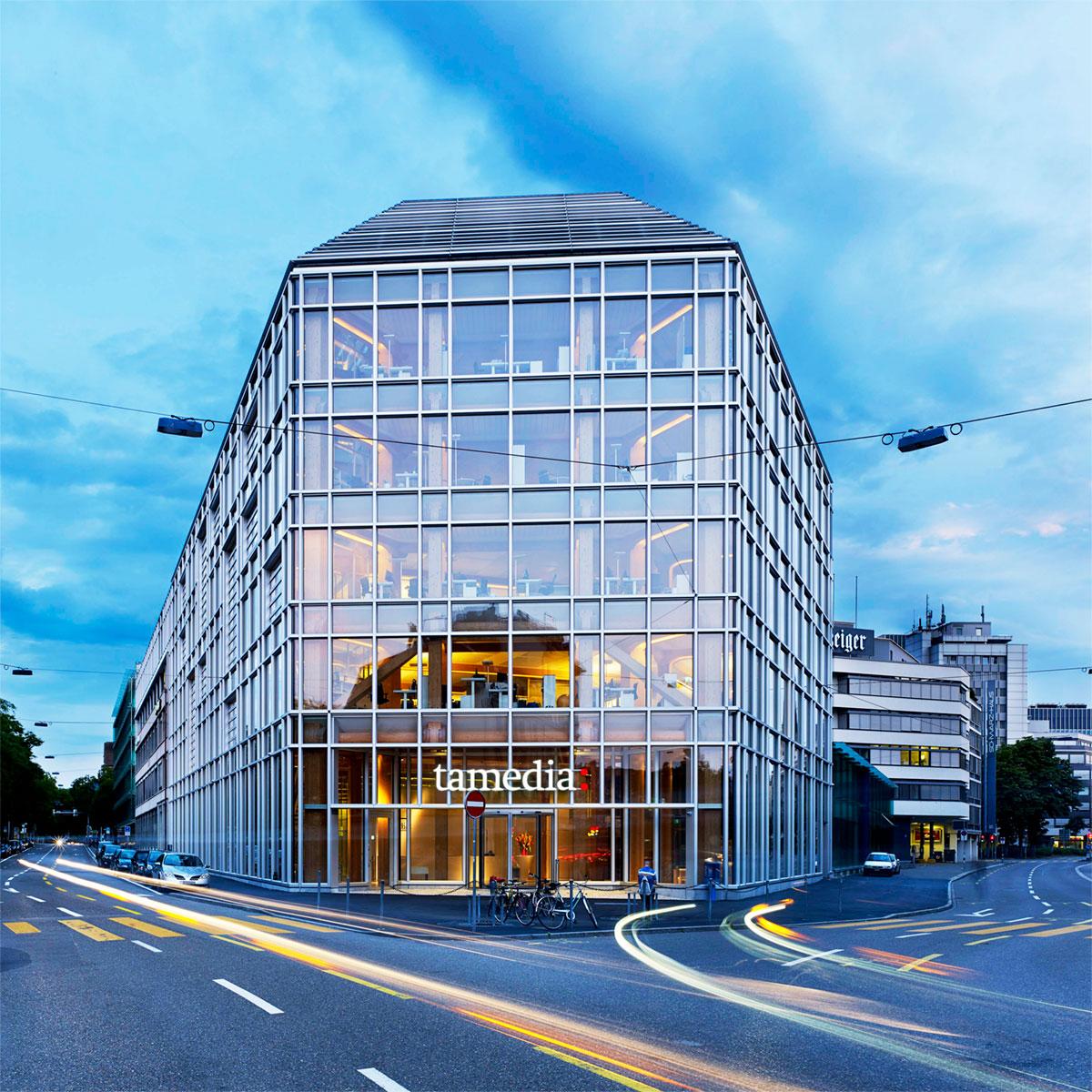 A sede do grupo editorial Tamedia, em Zurique, na Suiça, possui sistemas de envidraçamento de alumínio que ajudaram a criar uma construção de vidro e madeira altamente sustentável. Projetado por um dos principais arquitetos do Japão, Shigeru Ban, o projeto tem uma fachada pele de vidro tripla com três metros de profundidade para a elevação de 50m de comprimento com vistas sobre o rio Sihl.
