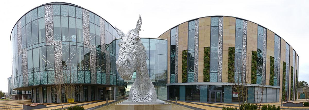 Universidade de Edimburgo O Edifício Charnock Bradley, na Universidade de Edimburgo, tem toda sua estrutura envidraçada, da fachado ao teto, o que oferece vistas claras e ininterruptas, dentro e fora do prédio.