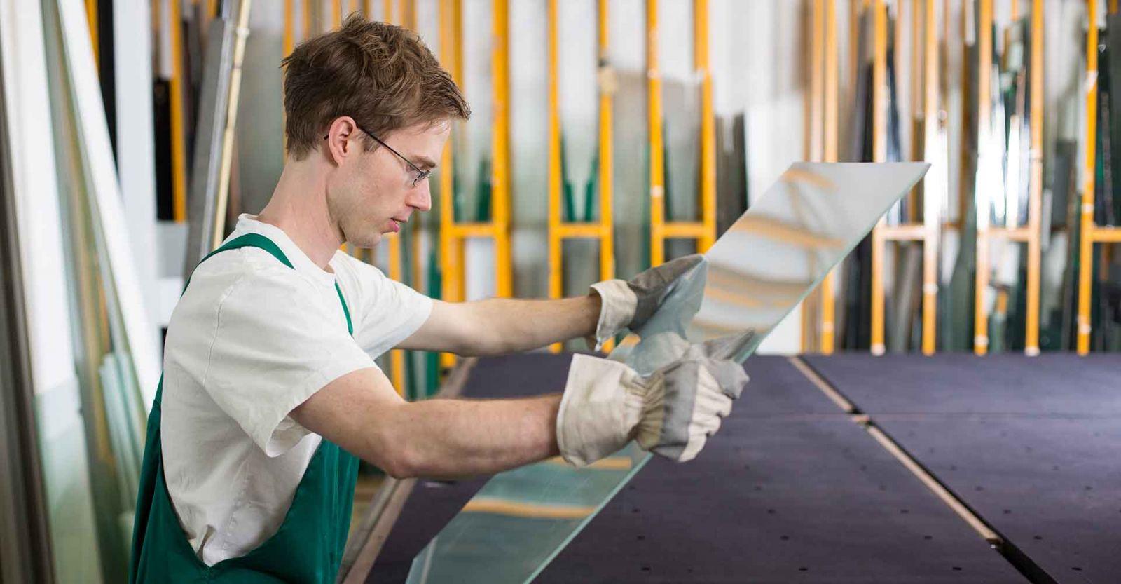 vidraceiro segurando chapa de vidro