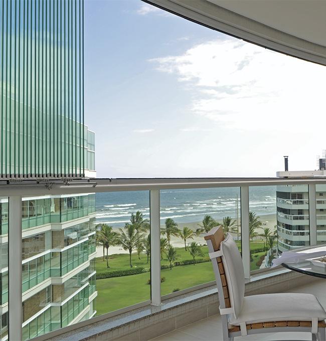 Neste projeto em Riviera, em Bertioga (SP), do arquiteto Daniel Kalil, foram aplicados cerca de 20 m² de vidro laminado de 10 mm com película solar incolor para o fechamento da varanda